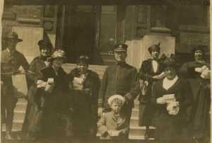 1918 photograph of people bringing Chanukah gifts to soldiers.